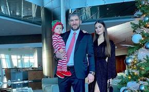 Супруга Овечкина показала видео, как годовалый сын играет в хоккей с отцом