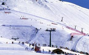 Алла Пугачева осталась в замке одна, муж с детьми отдыхает на горнолыжном курорте