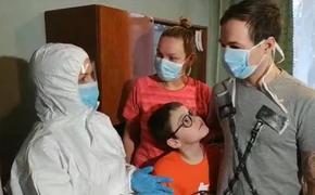 На Украине министр пришла в скафандре поддержать эвакуированных из Уханя