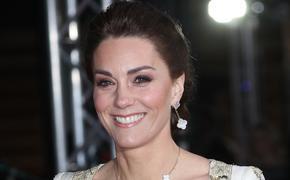 Герцогиня Кейт появилась в лондонском театре в усыпанных блестками туфлях