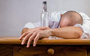 Мишустину предложили временно закрыть алкомаркеты и «наливайки»