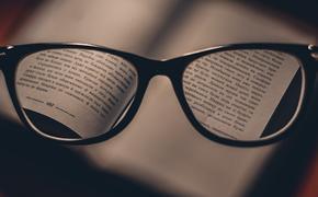 Окулисты советуют во время карантина выбирать очки, а не линзы