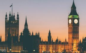 В Великобритании за сутки умер 621 пациент с коронавирусом, общее число смертей - под пять тысяч