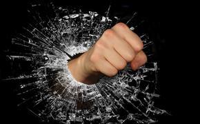 В Перми женщина выбила стекла в здании краевой прокуратуры
