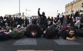 Генерал ФСБ оценил поведение встающих на колени полицейских в США