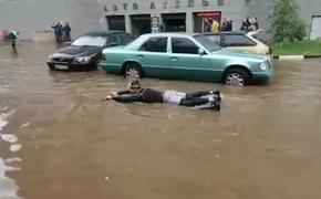 В подмосковной Ивантеевке мужчина в гидрокостюме устроил заплыв по затопленным улицам