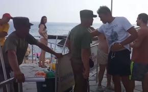 Видео, как охранник с нагайкой прогоняет туристов с пляжа в Крыму, назвали провокацией