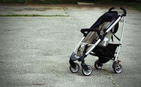 Брошенного в коляске ребенка нашли на западе Москвы