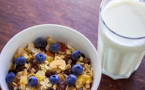 Гастроэнтеролог объяснила, какими полезными свойствами обладает овсяное молоко