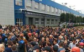 «Уходи!», скандируют люди и требуют отставки Лукашенко. В Беларуси полным ходом идет общенациональная забастовка