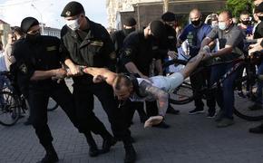 «Силовики засовывают женщинам в рот белые браслеты и угрожают «пустить по кругу»: гражданка Беларуси рассказала о происходящем