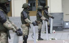 В Беларуси возле Дома правительства ОМОН опустил щиты. Девушки бросились обнимать силовиков