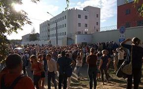 В Минске стали отпускать людей из изолятора. Некоторых увозят на скорой, девушки в истерике рассказывают, как над ними издевались
