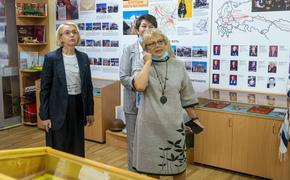 Ирина Гехт проверила информацию о нехватке учебников в челябинской школе