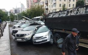 Пьяный водитель на самосвале «собрал» 13 авто в центре Хабаровска
