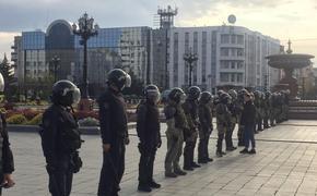 «ОМОН перешёл грань», бывший полицейский выбросил свои награды на площади в Хабаровске в знак солидарности с протестующими