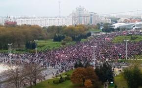 Очевидцы сообщают: в протестах в Минске участвуют более пяти тысяч человек. Силовики призывают их разойтись
