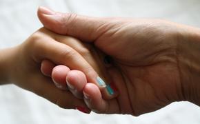 Исследователи назвали привычку грызть ногти полезной