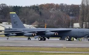 У американского стратегического бомбардировщика B-52 в полете отказал двигатель