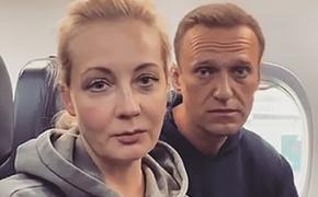 «Я надеюсь, что мы с вами долетим», заявил Навальный журналистам уже на борту самолета