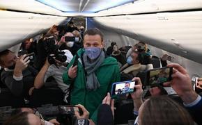 Самолёт с Алексеем Навальным приземлился в аэропорту Шереметьево. Журналисты рассказали, что же происходило на борту