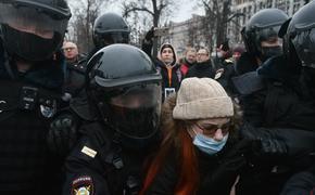 В Москве начались жесткие задержания. На Пушкинской площади силовики «давят» протестующих