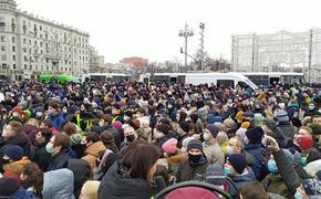 1090 человек задержаны на акциях протеста, 40 тысяч вышли на улицы только в Москве  и сейчас толпа скандирует:«Свободу!»