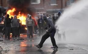 В Белфасте продолжаются ожесточённые столкновения бунтовщиков с полицией
