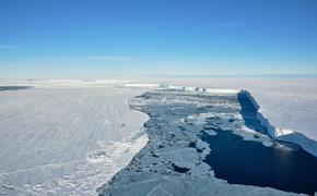 От Антарктического ледника откололся огромный айсберг. На место прибыли ученые