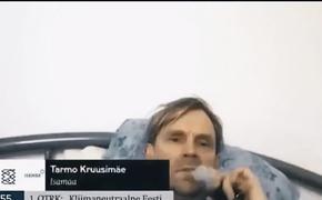 Эстонский депутат во время заседания парламента курил и слушал музыку