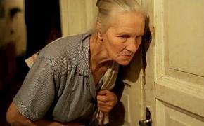 Известная актриса, у которой за плечами более тысячи фильмов, всю ночь провела на лестничной клетке. Ее выгнали из дома
