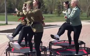 Пользователи сети раскритиковали танец на батутах у мемориала в Омске