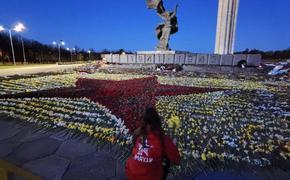 Латвийцы продолжают нести цветы к памятнику Освободителям