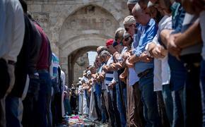 Около ста тысяч палестинцев собрались у мечети Аль-Акса в Иерусалиме
