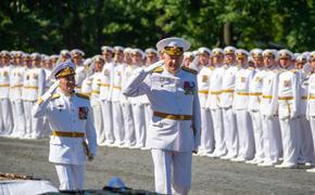 В Кронштадте на Якорной площади прошло торжественное вручение лейтенантам дипломов, погон и кортиков