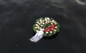 Сегодня в 4 часа утра представители Русского Союза Латвии опустили в Даугаву траурный венок
