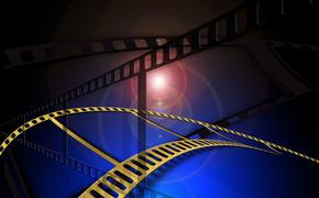 В кинотеатрах России с 9 сентября вышли фильмы «Дом на другой стороне», «Отчаянные аферистки» и «Петровы в гриппе»