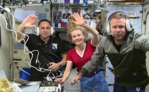 Космический корабль с первым в истории киноэкипажем вернулся на Землю