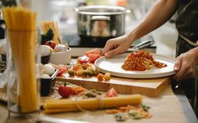 «Что-нибудь этакое»: шеф-повар Емельяненко перечислил топ блюд для карантина