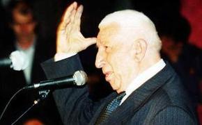 90 роз в честь 90-летия Расула Гамзатова переданы Дагестану из КБР