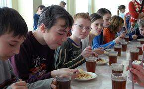Родителей школьников в Волгоградской области обязывают приносить деньги и еду