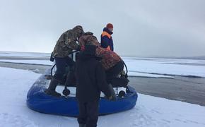 Рыболовов с детьми сняли со льдины