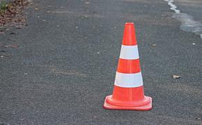 Автомобиль провалился в яму на дороге в Санкт-Петербурге