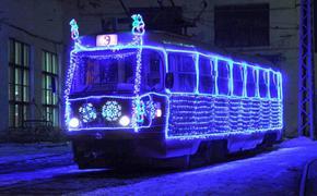 В Екатеринбурге пустили новогодний трамвай