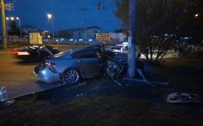 В Симферополе водитель Jaguar не справился с управлением и врезался в столб