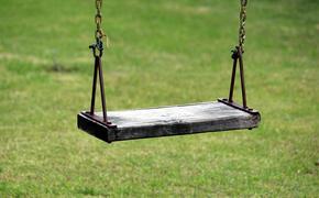 В Великих Луках ребенок погиб на детской площадке из-за качелей