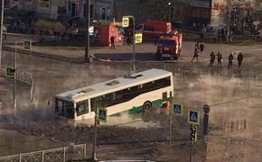 В  Санкт-Петербурге  автобус провалился в яму с кипятком