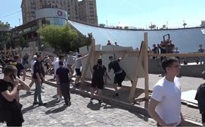 На Украине сторонники майдана устроили погром у мемориала небесной сотни