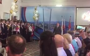 """Мэр Владивостока отправил выпускников в """"последний путь в жизни"""""""