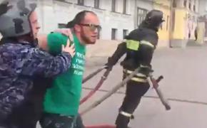 Появилось видео задержания грозившего самоподжогом у здания Минстроя